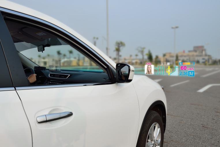 以遠距浮空顯示技術讓三個獨立畫面成像於車外,可降低駕駛人低頭觀看儀表板的風險,同時又可享受未來車聯網時代,從雲端提供的個人化資訊。