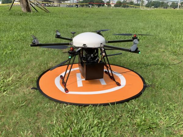 為提升新北市政府「Pokémon+GO+Safari+Zone」活動維安效率,工研院與新北市警察局打造無人機行動專網中心,圖為繫留無人機,可滯空飛行至少6小時。